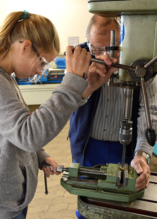 In den Workshops zur Metallbearbeitung werden auch Arbeiten mit der Standbohrmaschine durchgeführt.