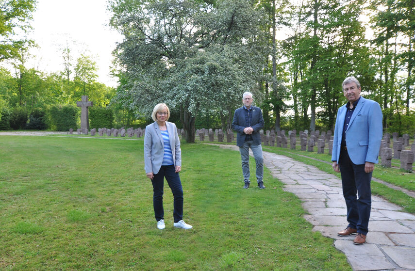 Kriegsgräberfürsorge, Frau Henneke, Herr Handermann, Landrat Spieker